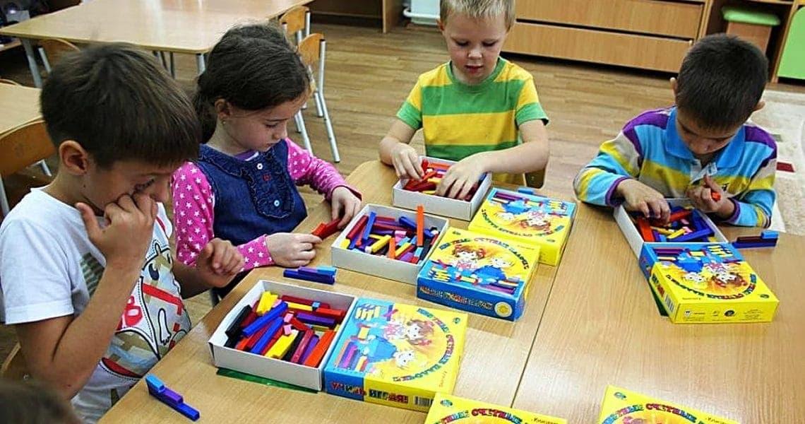 Дети играют в Цветные счетные палочки Кюизенера