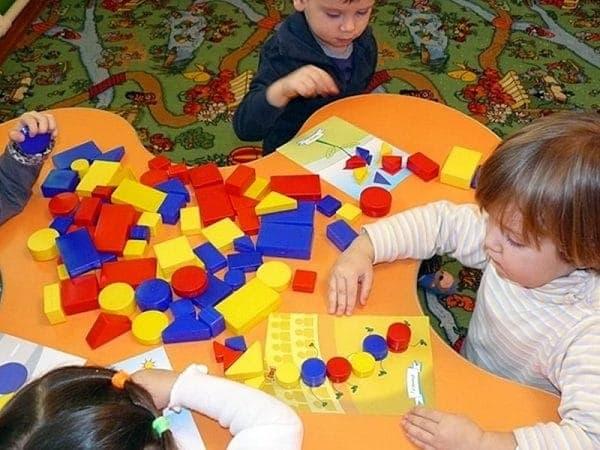 дети играют в Логические блоки Дьенеша