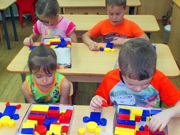 дети играют в Логические блоки Дьенеша в детском саду