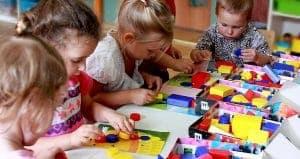 Дети играют в кубики Дьенеша