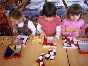 Дети играют в Сложи узор