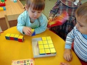 малыши играют в Сложи узор