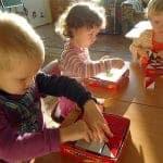 Дети играют в Кубики Сложи узор