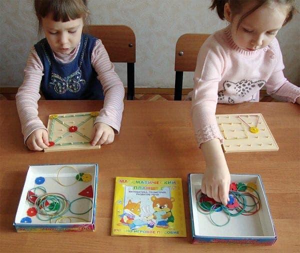 Дети играют в Математический планшет